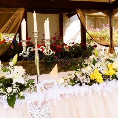 Градинска сватба в Рибарица. Декорация в цвят праскова