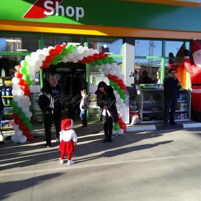 Украса с балони за откриване на бензиностанция